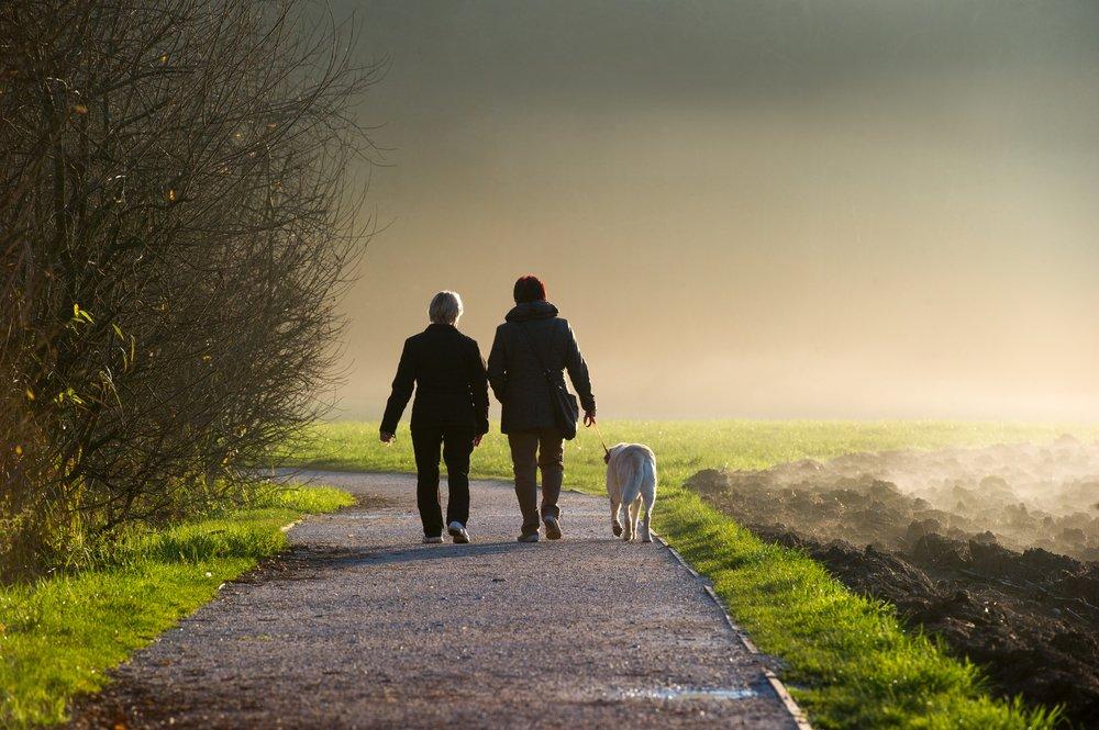 Zamiast do kawiarni, umów się ze znajomym na spacer.
