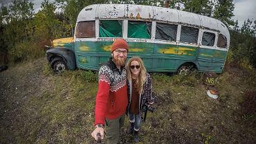 Ola i Karol przy autobusie Alexandra Supertrampa na Alasce