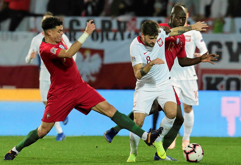 Mateusz Klich, oraz Pepe i Danilo podczas meczu Portugalia - Polska. Guimaraes, 20 listopada 2018