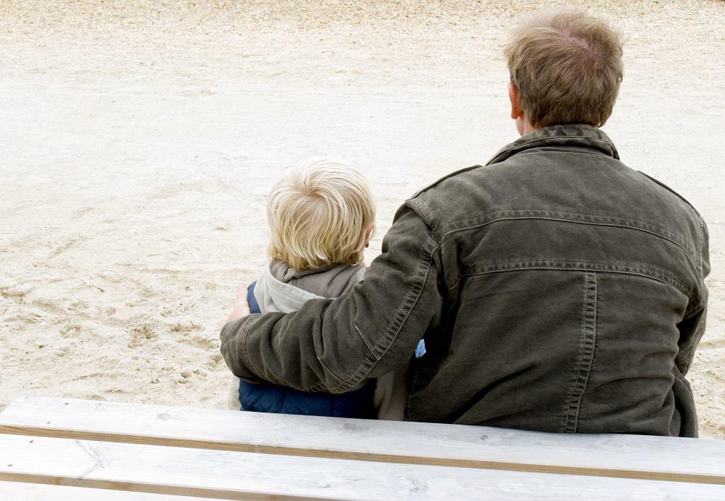 'Jeśli dziecko wyjdzie wcześniej i nie spędzi z rodzicem drugoplanowym zasądzonych np. dwóch godzin, taki rodzic robi z tego problem, uważa, że jest alienowany, chce nakładać kary na rodzica pierwszoplanowego. Tutaj obowiązuje automatyzm - jeśli kontakt został skrócony lub się nie odbył (np. dziecko było chore) stosowana jest kara finansowa, a pieniądze trafiają do rąk rodzica drugoplanowego'