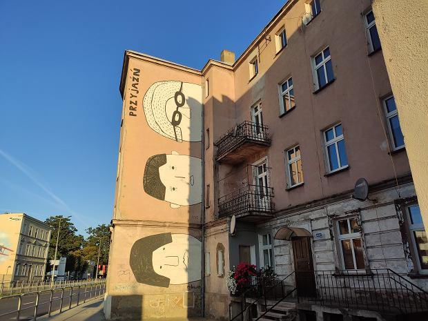 Malowidło pt. 'Przyjaźń' na ścianie budynku przy Al. Jana Pawła II 42 a w Lesznie