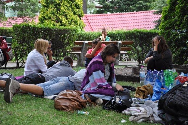 Grupka znajomych koczujących przy szpitalu przy ul. Traugutta we wtorek rano