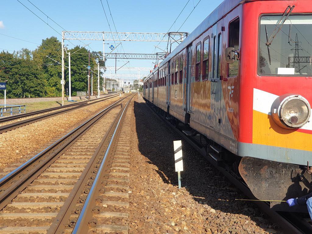 Olsztyn. Kilkunastoletni chłopiec wpadł pod pociąg. W ciężkim stanie przewieziono go do szpitala