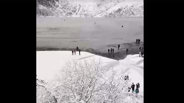 Turyści wchodzą na ledwo zamarznięte Morskie Oko