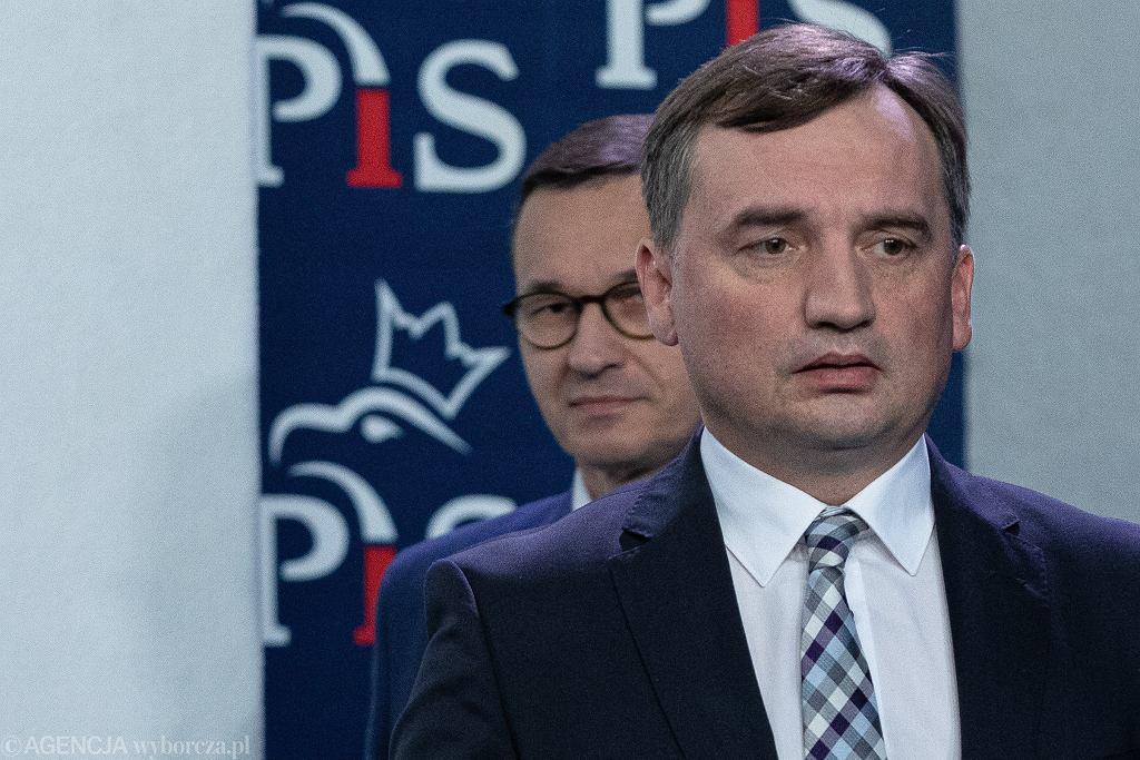 Premier Mateusz Morawiecki i prezes Solidarnej Polski Zbigniew Ziobro podczas oświadczenia ws. umowy koalicyjnej liderów Zjednoczonej Prawicy.