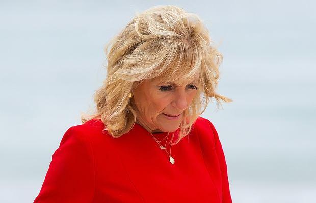 Jill Biden uległa wypadkowi podczas pobytu na Hawajach, po czym trafiła do szpitala. Pierwsza dama USA musiała przejść operację. Wszystkiemu winien okazał się... spacer po plaży.
