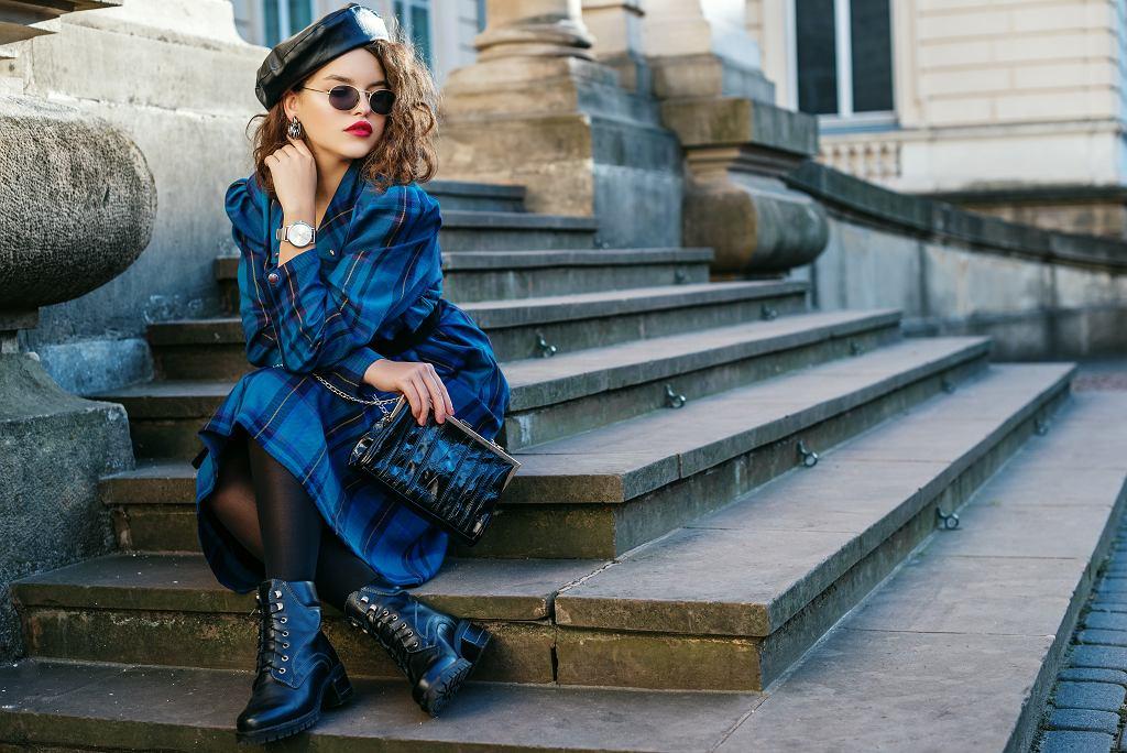 Sukienki jesienne 2020 to mocne barwy i wzory. Zdjęcie ilustracyjne