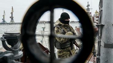 Ukraiński marynarz na łodzi straży przybrzeżnej. Morze Azowskie, port w Mariupolu, 3 grudnia 2018