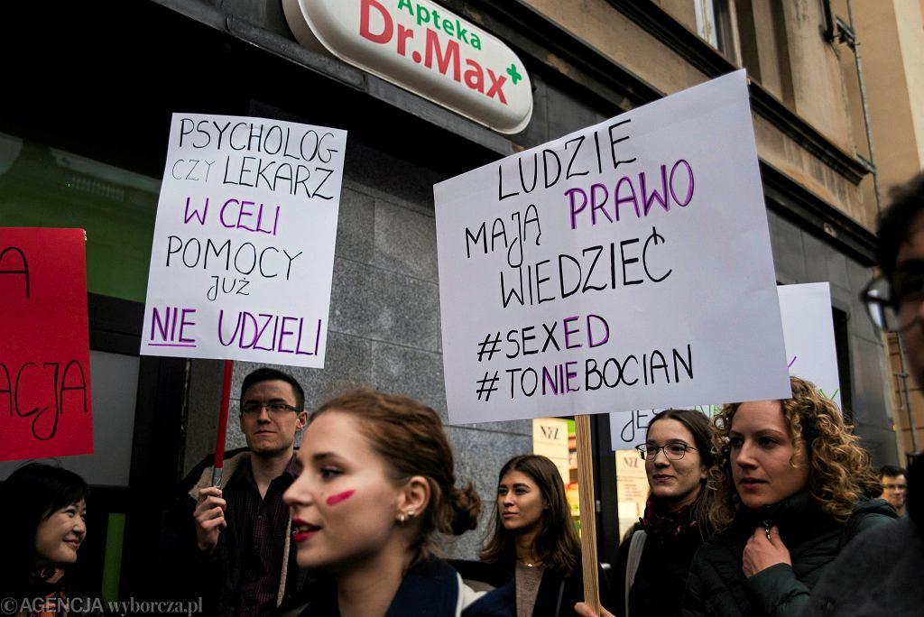 Protest w Katowicach przeciwko ustawie zakazującej edukacji seksualnej.