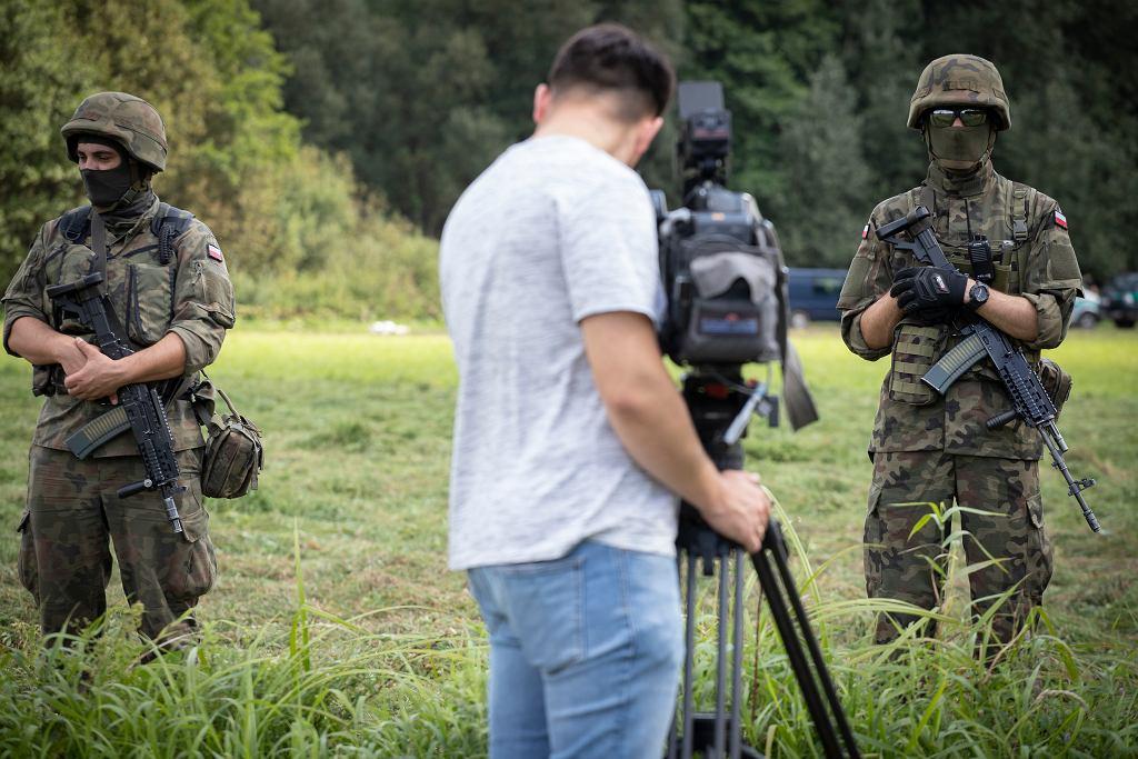 Usnarz Górny. Granica polsko - białoruska. Wojsko i straż graniczna pilnują żeby dziennikarze i Fundacja Ocalenie nie zbliżali się do grupy uchodźców przetrzymywanych na granicy. Niedziela 22 sierpnia 2021