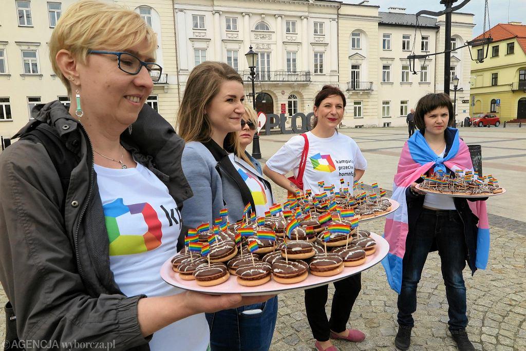 Happenind 'Przez żołądek do serca - rozmowy o związkach partnerskich ze smakiem' zorganizowany na płockim Starym Rynku przez Kampanię Przeciw Homofobii