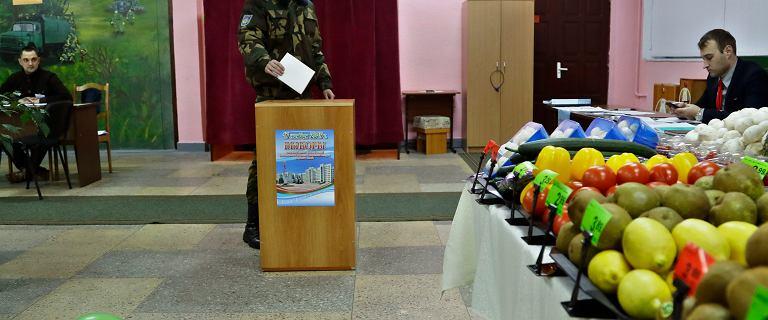 Wybory na Białorusi. W lokalach wyborczych można kupić kanapki z kiełbasą