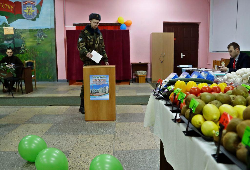 Białoruś. Wybory parlamentarne. W lokalach wyborczych otwarto bufety