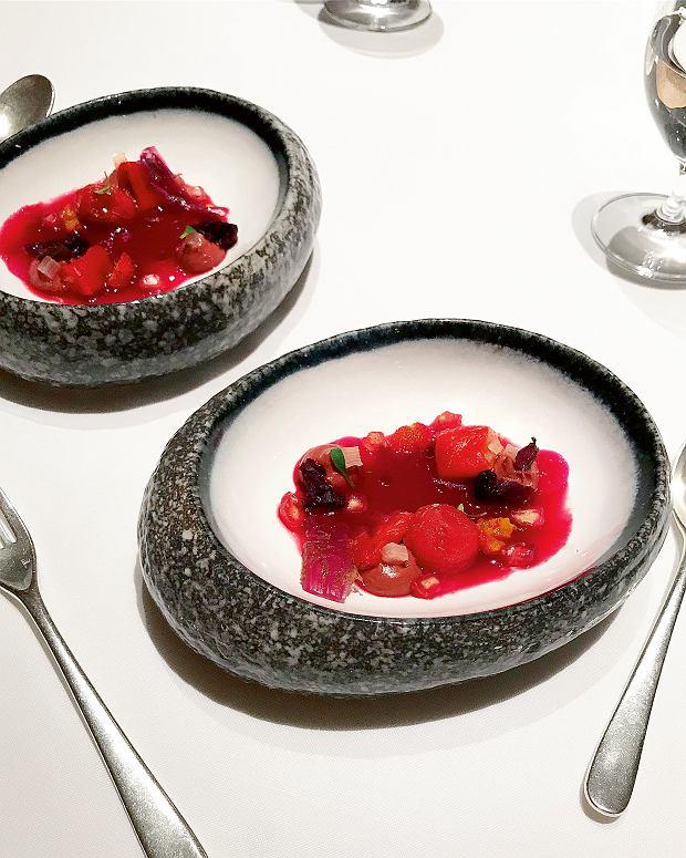 Krwistoczerwona sałatka: winegret z buraków, grillowana na węglach papryka, galaretka z czerwonych listków pachnotki, czerwona cebula, seler i kolendra wrestauracji  El Celler de Can Roca