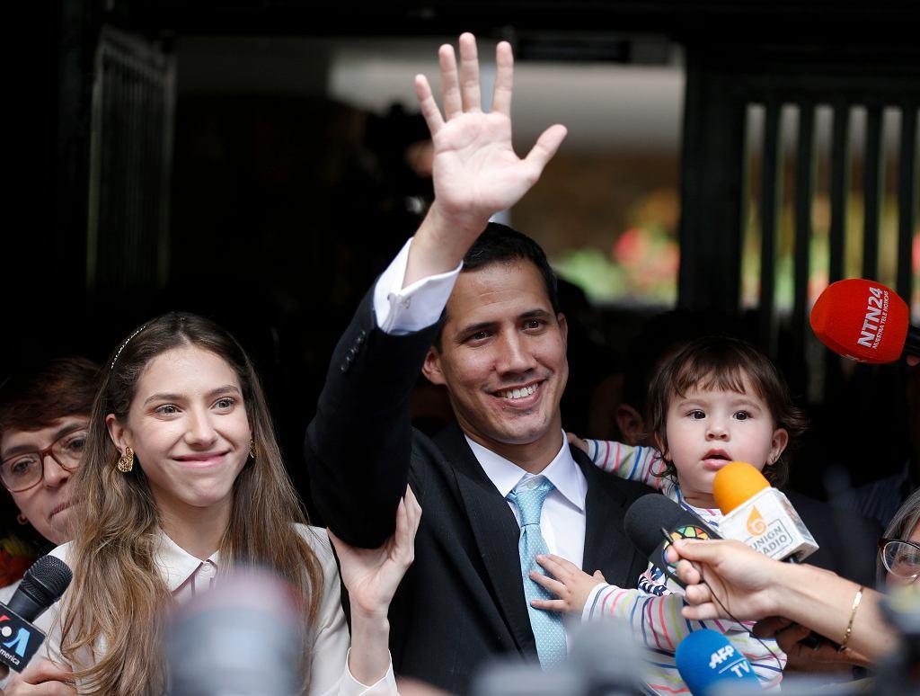 31.01.2019, Wenezuela, lider opozycji Juan Guaido w towarzsytwie swojej żony i córki pozdrawia tłum przed swoim mieszkaniem w Caracas