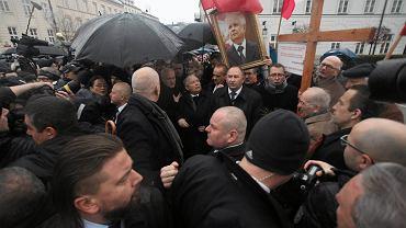 Prezes PiS Jarosław Kaczyński podczas porannych obchodów 80. miesięcznicy smoleńskiej przed Pałacem Prezydenckim, Warszawa, 10.12.2016 r.