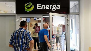 Kolejka w punkcie energi w zwiazku z ostatnim dniem skaladania oswiadczen przez przedsiebiorcow chcacych placic dotychczasowa stawke za prad . Olsztyn