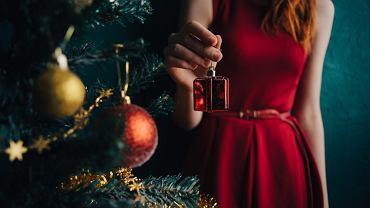 Sukienki świąteczne to najczęściej wybierane stylizacje na okres świąt Bożego Narodzenia. Zdjecie ilustracyjne