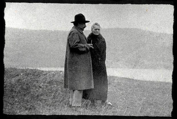 Einstein i Skłodowska-Curie nad Jeziorem Genewskim. Zdjęcie z lat 20. zeszłego wieku