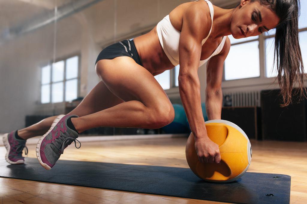 Trening możesz wykonać w domu, na siłowni lub w plenerze.