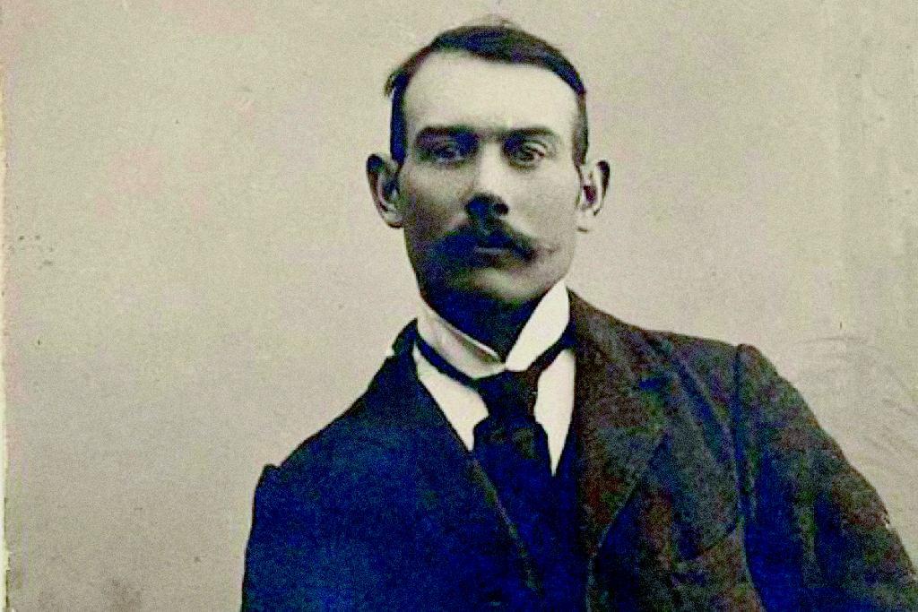Jesse Langsdorf stworzył współczesny krawat, gdy w 1926 r. wpadł na pomysł, by zszywać go z trzech części.