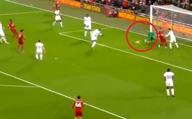 Łukasz Fabiański popełnia fatalny błąd w meczu Liverpool - West Ham