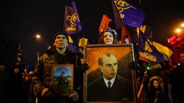 Dla Polaków partyzanci z UPA to zbrodniarze. Dla Ukraińców bojownicy o niepodległość kraju i ważny element budowanej pieczołowicie od początku istnienia państwa tożsamości narodowej. Na zdjęciu tegoroczna manifestacja w Kijowie zorganizowana 1 stycznia w 109. urodziny Stepana Bandery, przywódcy Organizacji Ukraińskich Nacjonalistów.