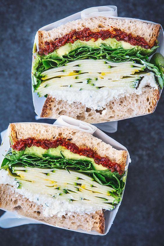 Kanapka z pastą z suszonych pomidorów jest zdrowa i sycąca