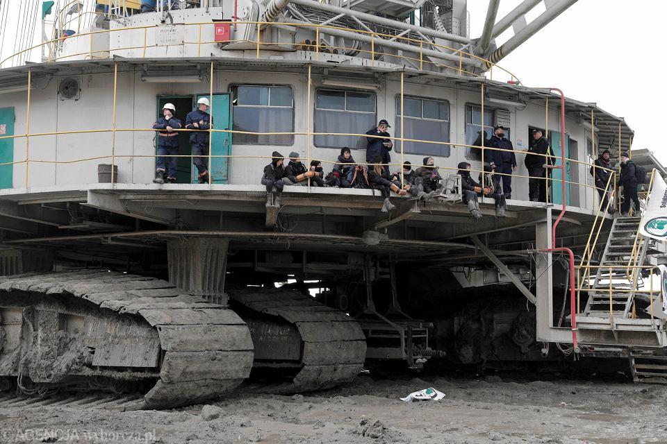 9 marca 2020 r. Tomisławice niedaleko Konina. 11 aktywistek weszło na teren kopalni odkrywkowej, by zablokować jej pracę. Kobiety przykuły się do koparki wydobywającej węgiel.
