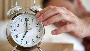 Postaraj się ustalić i przestrzegać rytmu zasypiania i budzenia. Ustal godziny, o których się budzisz i zasypiasz, i przyzwyczaj organizm do takiego cyklu.