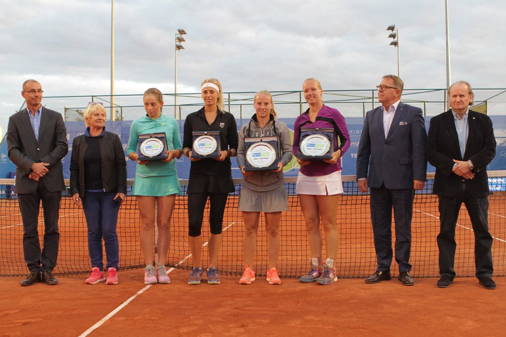 Dekoracja zwyciężczyń turnieju deblowego Powiat Poznański Open