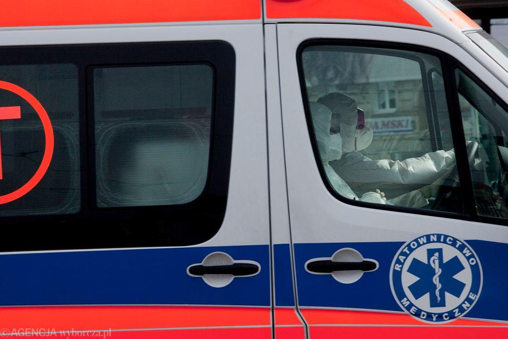 Ratownicy w strojach ochronnych (zdjęcie ilustracyjne)