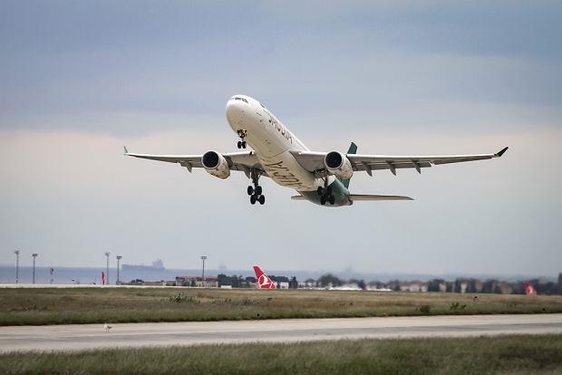 Mało brakowało, a doszłoby do tragedii. Kontroler lotu pomylił lewą stronę z prawą. Samolot niemal otarł się o górę