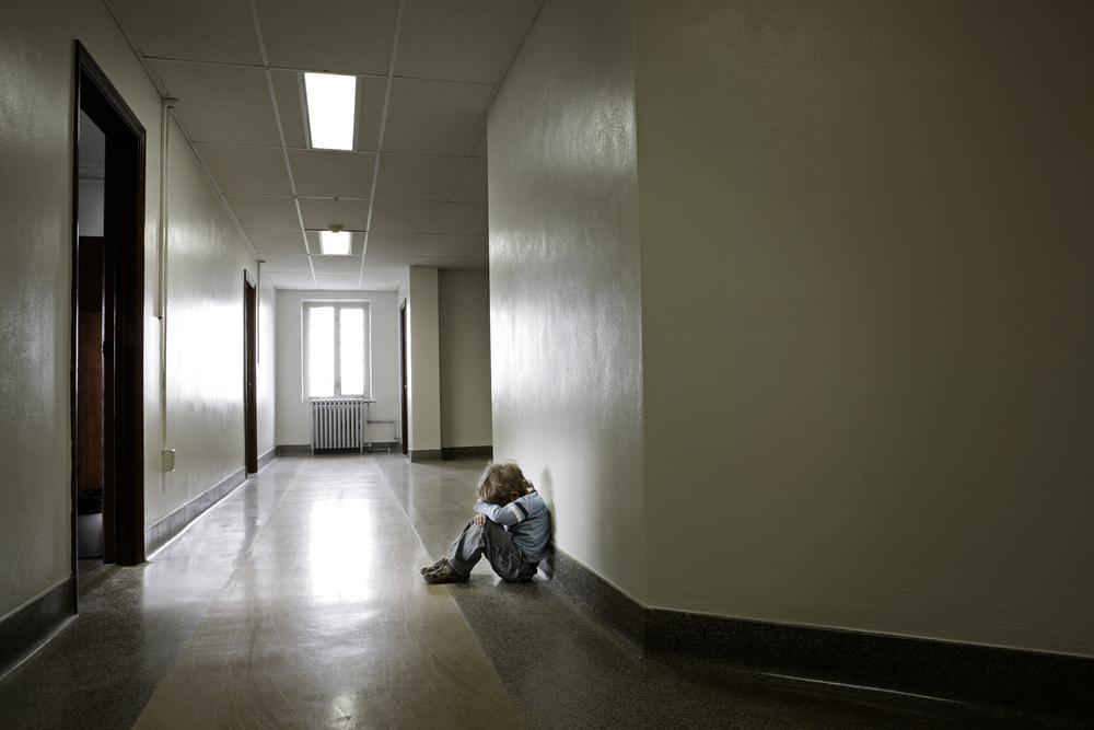 Zanim dziecko zostanie zabrane z rodziny biologicznej, pomoc społeczna musi przesłać do sądu informację, na podstawie której sąd wysyła kuratora (fot. Shutterstock)