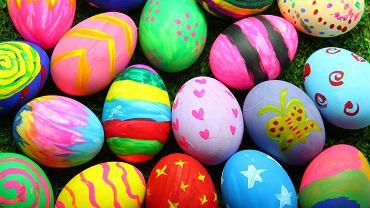 Farbowanie jajek, czyli jak udekorować jajka wielkanocne. Zdjęcie ilustracyjne