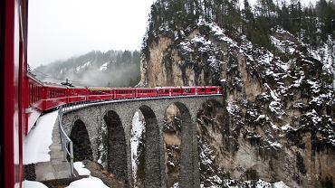 Glacier Express przejeżdża przez słynny wiadukt Landwasser w kantonie Gryzonia, fot. Jia Li / shutterstock.com