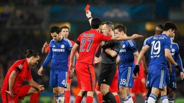 Uspokajająco na Mourinho podziałała też z pewnością sytuacją z 31. minuty, kiedy z boiska za faul na Oscarze wyleciał Zlatan Ibrahimović.