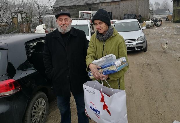 Teresa Warnke z darczyńcą, który przywiózł na Kaszuby m.in. meble