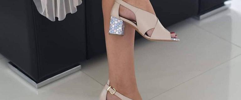 Modne sandały na obcasie na wiosnę 2021. Te na mozaikowym, kolorowym słupku są wygodne i piękne!