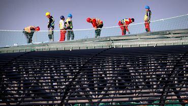 16.09.2014 Robotnicy podczas budowy dachu stadionu Gornika Zabrze.