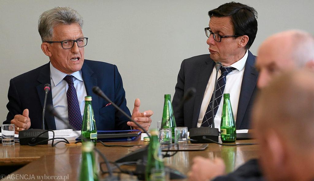 Stanisław Piotrowicz i Marek Ast (obaj PiS) na posiedzeniu połączonych komisji Ustawodawczej i Sprawiedliwości i Praw Człowieka (fot. Sławomir Kamiński/AG)