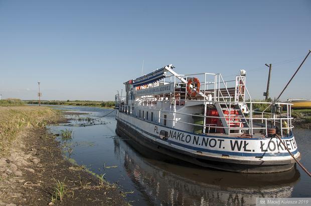 Statek szkolny  'Łokietek' utknął w błocie na Noteci. To fragment Międzynarodowej Drogi Wodnej E70. Efekt suszy, braku gospodarki wodnej i działania kopalni węgla brunatnego w Koninie.
