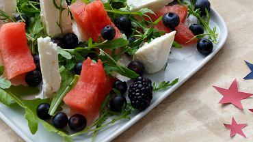 Sałatka z owocami, kozim serem i rukolą
