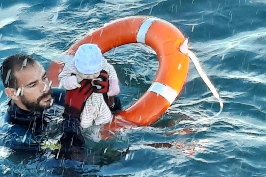 Juan Francisco Valle, funkcjonariusz hiszpańskiej Guardia Civil, ratuje niemowlę w morzu obok Ceuty