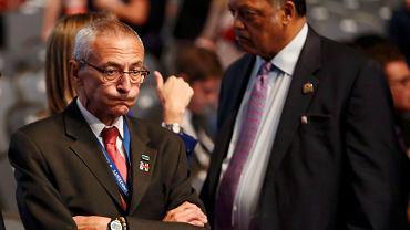 Wybory w USA. John Podesta (po lewej), szef kampanii prezydenckiej Hillary Clinton, któremu skradziono e-maile