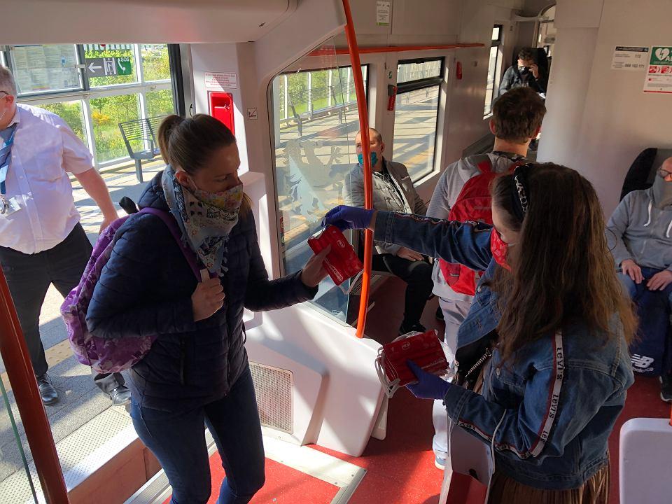 Aby zachęcić mieszkańców do bezpiecznego korzystania z transportu kolejowego, przedstawiciele PKM rozdawali w maju maseczki ochronne pasażerom pociągów jeżdżących po tej linii.