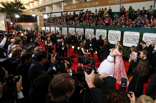Actress Jennifer Lawrence (L) hugs actress Drew Barrymore on the red carpet at the 71st annual Golden Globe Awards in Beverly Hills, California January 12, 2014.  REUTERS/Danny Moloshok  (UNITED STATES - Tags: Entertainment)(GOLDENGLOBES-ARRIVALS)