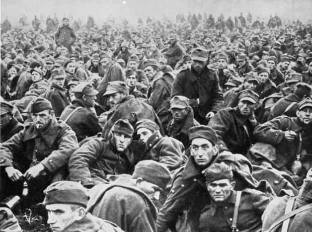 W kampanii wrześniowej zginęło ok. 70 tys. polskich żołnierzy, a 130 tys. zostało rannych. Do niewoli dostało się 620 tys., w tym 230-242 tys. do radzieckiej. Ostatecznie, po zwolnieniu części jeńców, w niemieckich obozach jenieckich znalazło się ok. 200 ty s. żołnierzy i oficerów, a w radzieckich 125 tys. Ok. 85 tys. żołnierzy przedostało się do sąsiadujących z Polską krajów: 40 tys. na Węgry, 30 tys. do R umunii, a 15 tys. na Łotwę i Litwę. Na zdjęciu polscy żołnierze wzięci przez Niemców do niewoli.