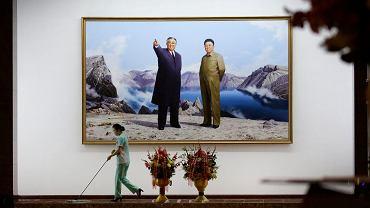Portret Kim Ir Sena i Kim Dżong Ila w lobby w jednym z hoteli w Pjongjangu