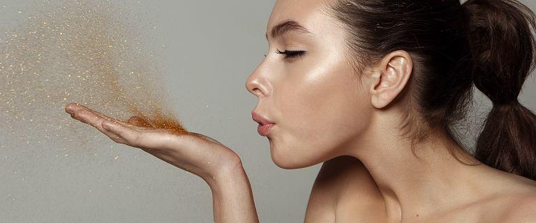 Rozświetlona skóra wygląda na młodszą i zdrową! Te produkty dają super efekt